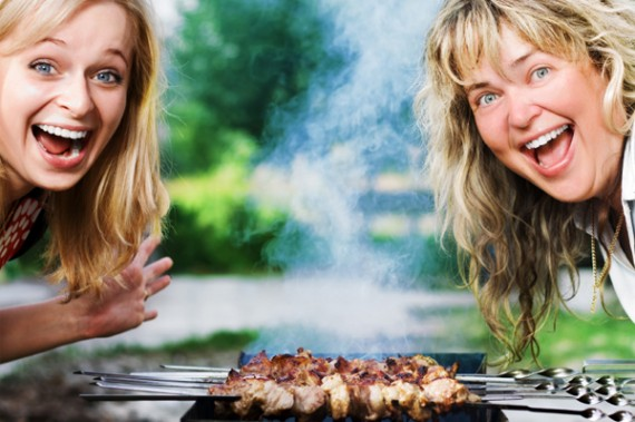 women-and-bbq-grill_wblb9g